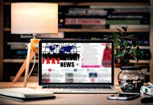 Comment les marketeurs gèrent-ils les fake news